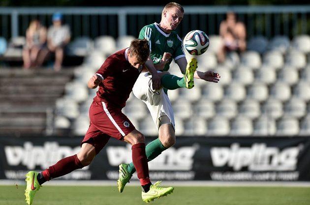 Sparťanský záložník Lukáš Mareček (vlevo) střílí na hřišti Tallinnu jediný gól svého mužstva.