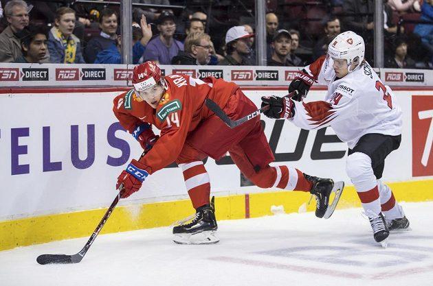 Rus Vitalij Kravcov (vlevo) v souboji se Sandrem Schmidem ze Švýcarska.