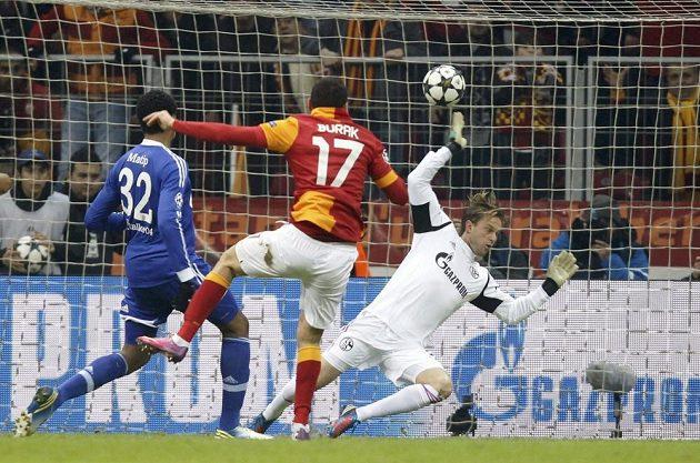 Burak Yilmaz z Galatasaraye (uprostřed) střílí gól do sítě Schalke 04.