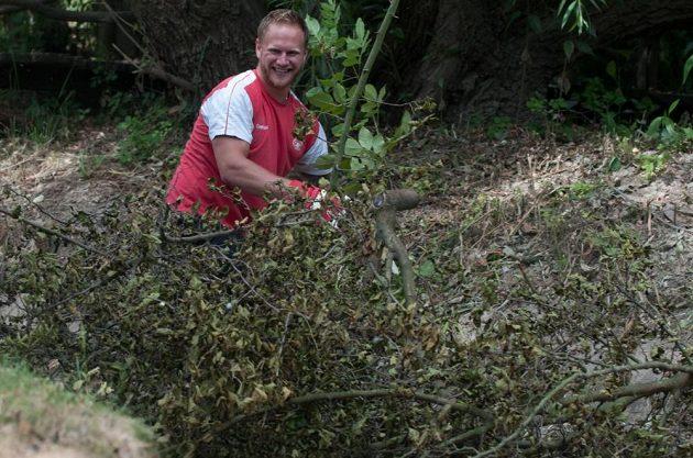 David Štich odklízí popadané větve.