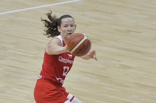 Česká basketbalistka Tereza Vyoralová v akci během přípravného turnaje v Praze.