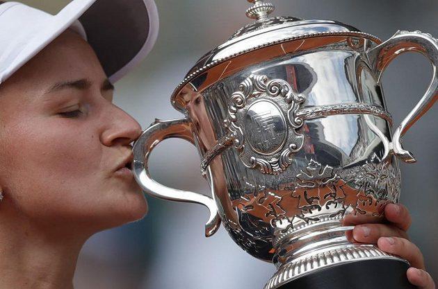 Barbora Krejčíková s trofejí za triumf na French Open
