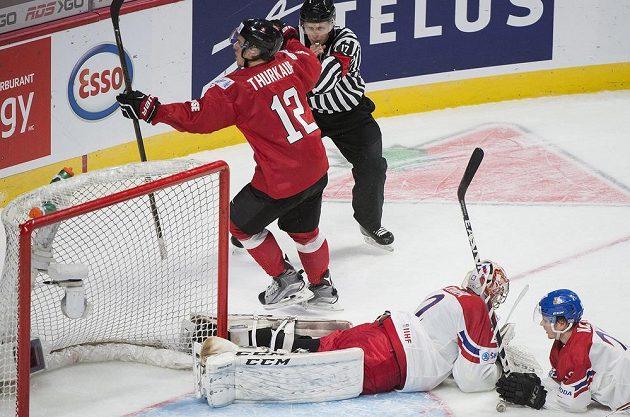 Český gólman Jakub Škarek a spoluhráč David Kaše po inkasovaném gólu od Švýcara Calvian Thurkaufa.