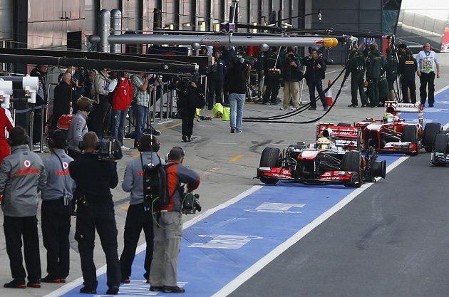 Sergio Pérez ze stáje McLaren doplnil sbírku zničených pneumatik na čtyři.