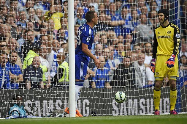 Zarmoucení Petr Čech (vpravo) a stoper John Terry. Právě inkasovali gól se Sunderlandem.
