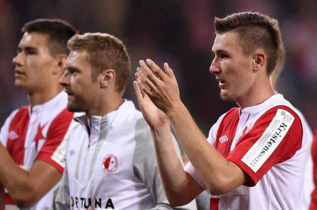 Slávistický záložník Jaromír Zmrhal (vpravo) děkuje fanouškům po utkání 5. kola Synot ligy s Plzní.