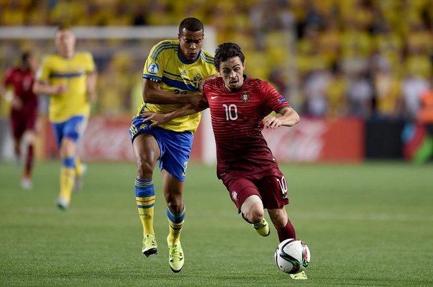 Robin Quaison ze Švédska (vlevo) se snaží zastavit portugalského záložníka Bernarda Silvu ve finále ME hráčů do 21 let.