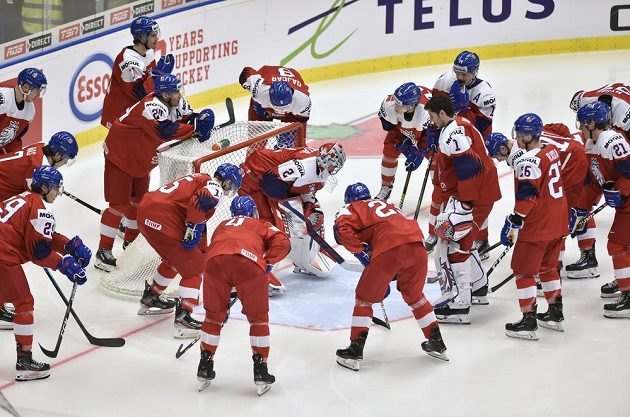Český tým před začátkem úvodního zápasu MS s Ruskem.