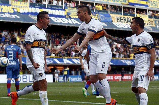 Luciano Monzon (vlevo) dal gól Boky Juniors proti týmu Tigre a mohl slavit, na snímku s ním jsou Fernando Tobio (6) a Carlos Tévez.