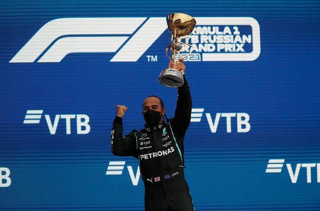 Úřadující mistr světa Brit Lewis Hamilton vybojoval ve Velké ceně Ruska jubilejní 100. vítězství ve formuli 1.
