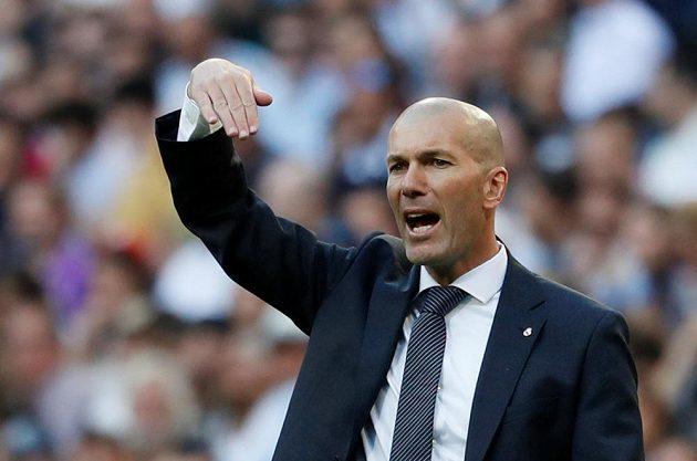 Staronový kouč Realu Madrid Zinédine Zidane gestikuluje na své svěřence.