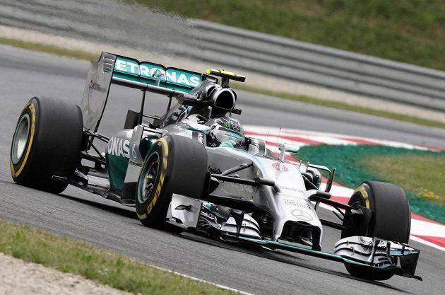 Pilot stáje Mercedes Nico Rosberg při měřeném tréninku na okruhu Red Bull Ring v Rakousku.