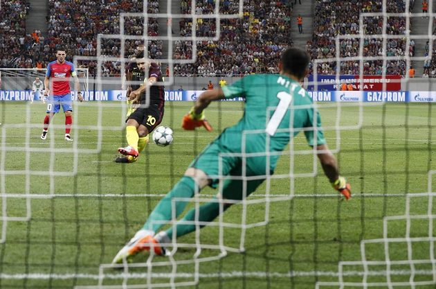 Sergio Agüero z Manchesteru City neproměňuje svůj první pokutový kop na hřišti Steauy. Constantin Nita střelu zlikvidoval.