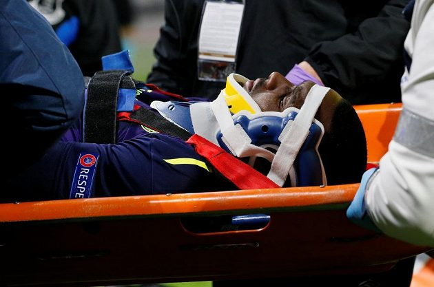 Zraněný Cuco Martina z Evertonu je odnášen ze hřiště