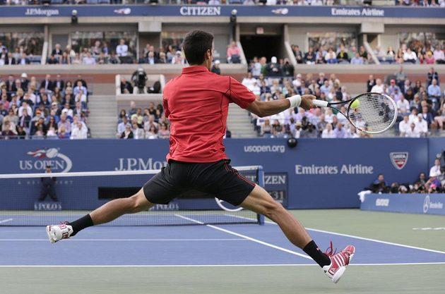 Novak Djokovič ze Srbska vrací míček na stranu Rafaela Nadala ze Španělska ve finále US Open.