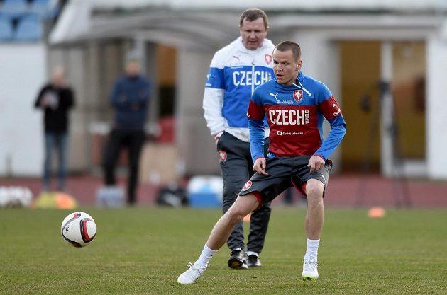Adam Hloušek (vpředu) a trenér Pavel Vrba během tréninku české fotbalové reprezentace před utkáním kvalifikace ME 2016 s Lotyšskem.