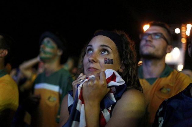 Australská fanynka se zájmem sleduje duel národního týmu s Chile.