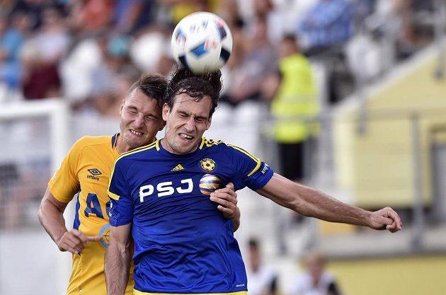 Davor Kukec z Teplic (vlevo) v souboji s jihlavským útočníkem Michaelem Rabušicem v utkání 5. ligového kola.