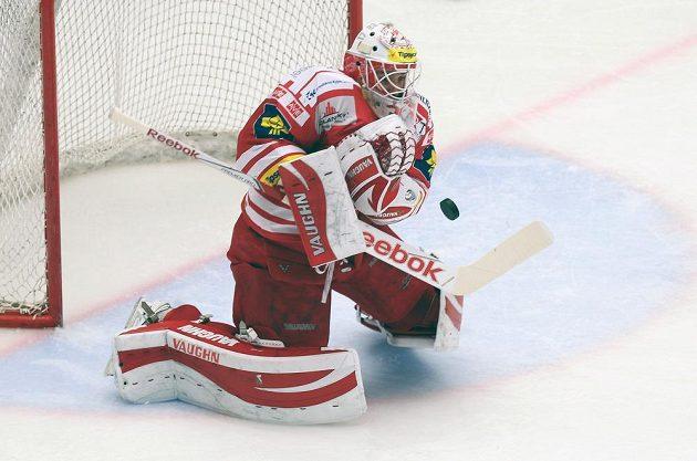 Třinecký brankář Šimon Hrubec kryje střelecký pokus hokejistů Sparty.