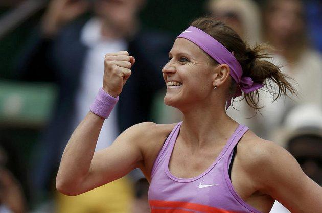 Česká tenistka Lucie Šafářová slaví postup do čtvrtfinále French Open.