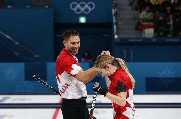 Kanadská curlingová dvojice Kaitlyn Lawesová a John Morris oslavuje postup do olympijského finále.