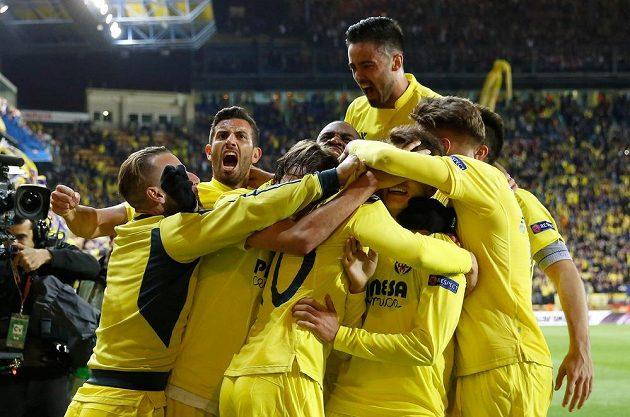 Fotbalisté Villarrealu slaví vítězný gól proti Liverpoolu.