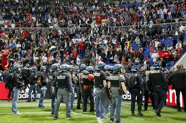 Pořádkové síly před kotlem fanoušků Besiktase.