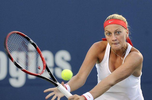 Petra Kvitová při zápase s Dánkou Caroline Wozniackou na tenisovém turnaji v New Havenu.