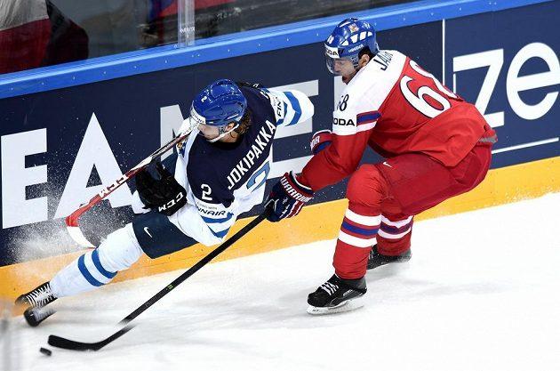 Jaromír Jágr (vpravo) a finský obránce Jyrki Jokipakka během čtvrtfinále MS.
