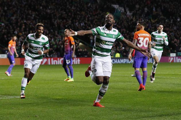 Útočník Celtiku Moussa Dembélé (vpředu) se raduje z gólu proti Manchesteru City v zápase Ligy mistrů.
