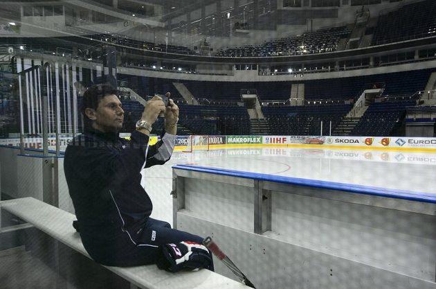 Trenér Vladimír Růžička před tréninkem, ke kterému hráči české reprezentace nastoupili v Minsk Areně v Minsku před sobotním semifinále mistrovství světa hokejistů proti Finsku.