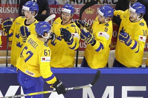 Švéd Rickard Rakell se raduje se spoluhráči, právě otevřel skóre v zápase s Českem.