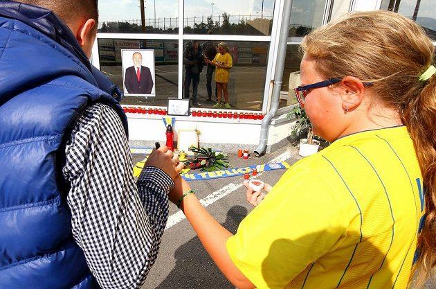 Fanoušci FK Teplice přišli na stadión uctít památku ředitele klubu Františka Hrdličky, který v sobotu náhle zemřel ve věku 57 let.