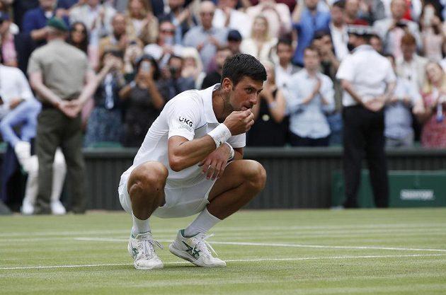 Klasika Novaka Djokoviče. Po triumfu ve Wimbledonu ochutnává trávu na centrálním dvorci.