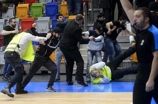 Pořadatelé se v bitce s tureckými fanoušky ocitli v hluboké defenzívě...
