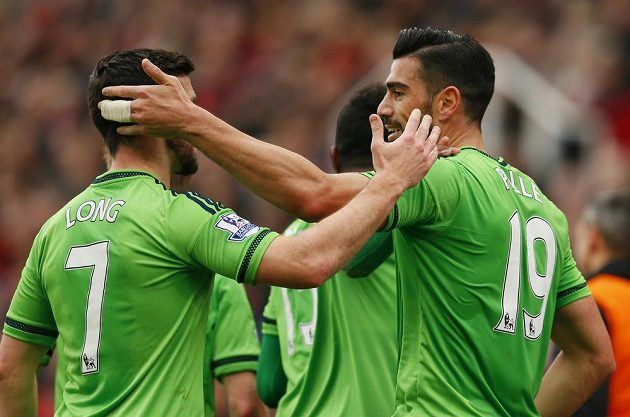 Útočník Southamptonu Graziano Pellé (vpravo) se raduje se spoluhráčem Shanem Longem z gólu proti Stoke.
