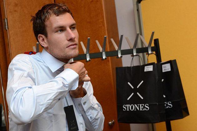 Michael Rabušic během zkoušení nové košile a doplňků.