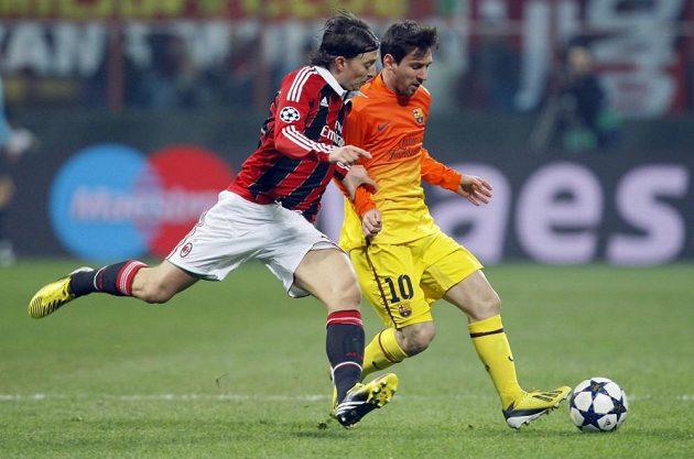 Lionel Messi z Barcelony (vpravo) si kryje míč před Riccardem Montolivem z AC Milán.
