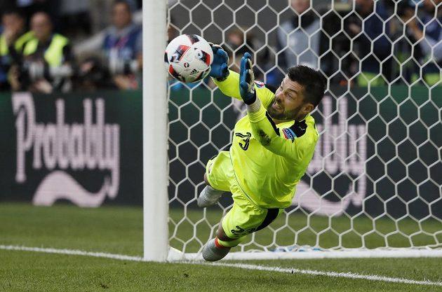 Slovenský brankář Matúš Kozážik chytá penaltu Mesutu Özilovi z Německa v osmifinále ME.