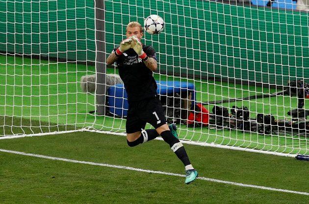 Liverpoolský Loris Karius při nešťastném zákroku ve finále ligy mistrů.