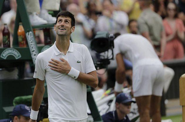 Úsměv na tváři Novaka Djokoviče po vyhraném semifinále Wimbledonu nad Rafaelem Nadalem.