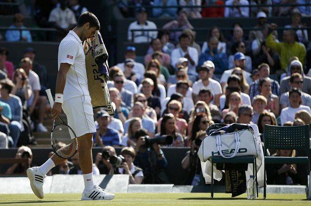 Zklamaný Novak Djokovič po porážce s Američanem Samem Querreym ve třetím kole Wimbledonu.