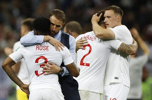 Hlavní trenér fotbalistů Anglie Gareth Southgate utěšuje své svěřence po porážce v semifinále MS.