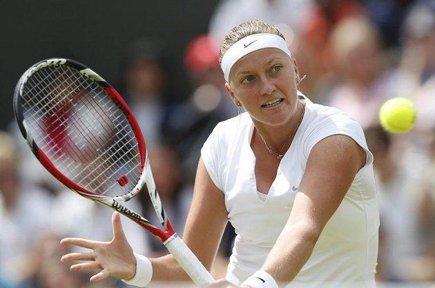 Petra Kvitová během osmifinále Wimbledonu proti Španělce Suárezové Navarrové.
