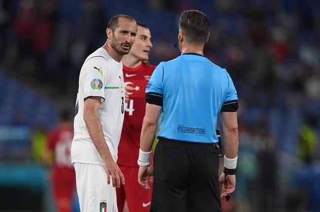 Italský kapitán Giorgio Chiellini a rozdhočí Danny Makkelie.