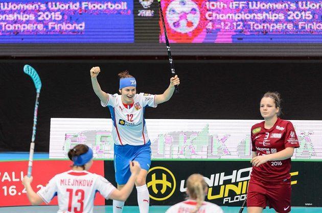 Hana Koníčková se raduje z jedné z branek do lotyšské sítě.