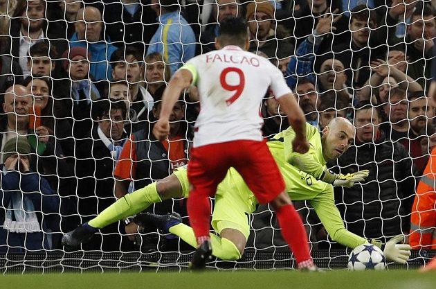 Gólman Manchesteru City Willy Caballero kryje ve druhé půli penaltu Radamelu Falcaovi.