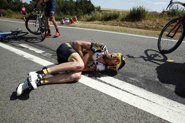 Zraněný nizozemský cyklista Laurens ten Dam po hromadném pádu na Tour.