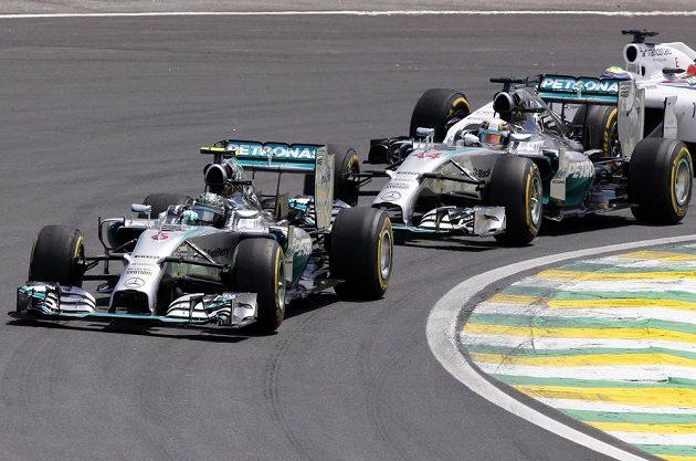Nico Rosberg jede ve Velké ceně Brazílie před svým stájovým kolegou Lewisem Hamiltonem.