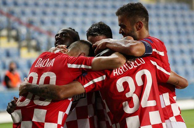 Radost fotbalistů Beer Ševy po gólu v duelu Evropské ligy s pražskou Slavií.